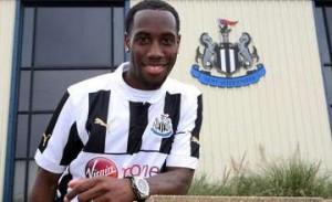 Vurnon Anita showing his new Newcastle shirt.